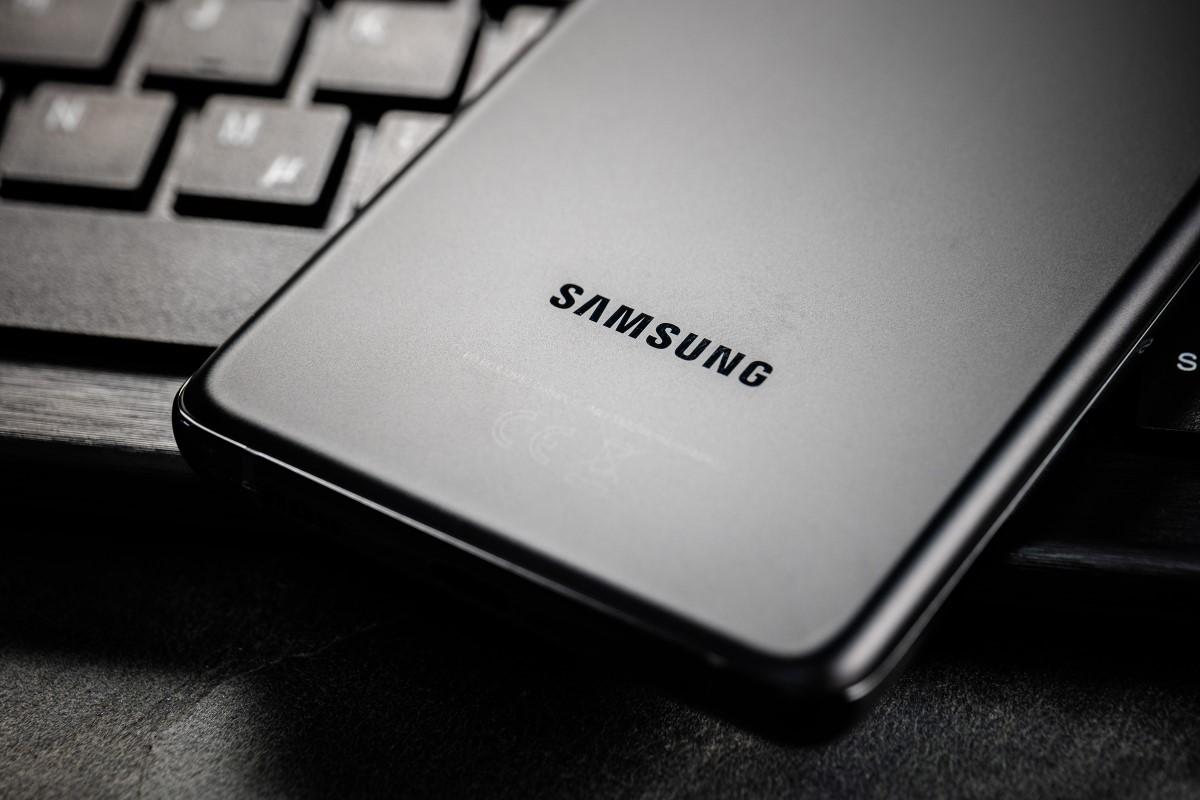 Samsung Galaxy S21 Ultra mit Vertrag Rückseite Logo