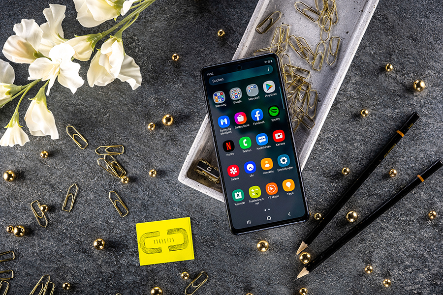 Samsung Galaxy S20 FE (front)